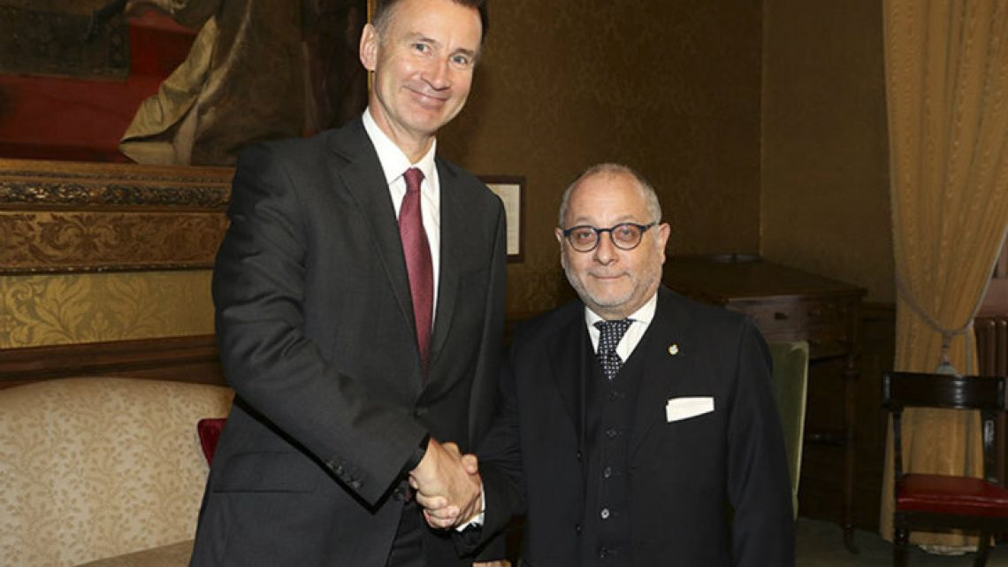 Foreign Minister Jorge Faurie (right) meets with his British counterpart Jeremy Hunt in London on Wednesday.
