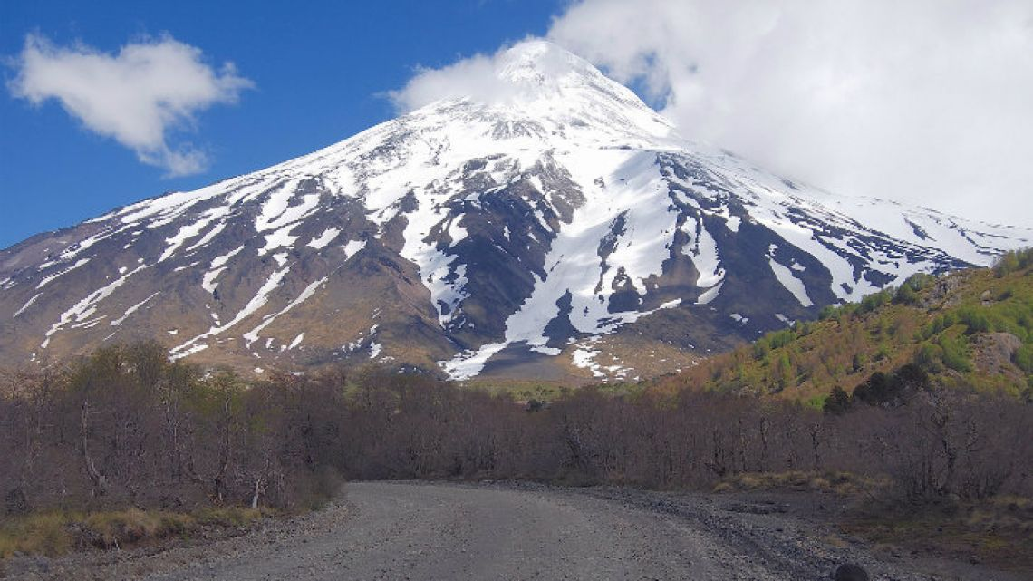 Volcán Lanín, east of Pucón, marks the Mamuil Malal pass back to Argentina.