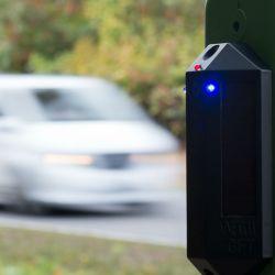 Un sensor montado en un poste verde emite una señal acústica y visual cuando se acerca un vehículo. Es la primera prueba que se desarrolla en Alemania con señales de advertencia acústicas y visuales para prevenir accidentes con venados y jabalíes.