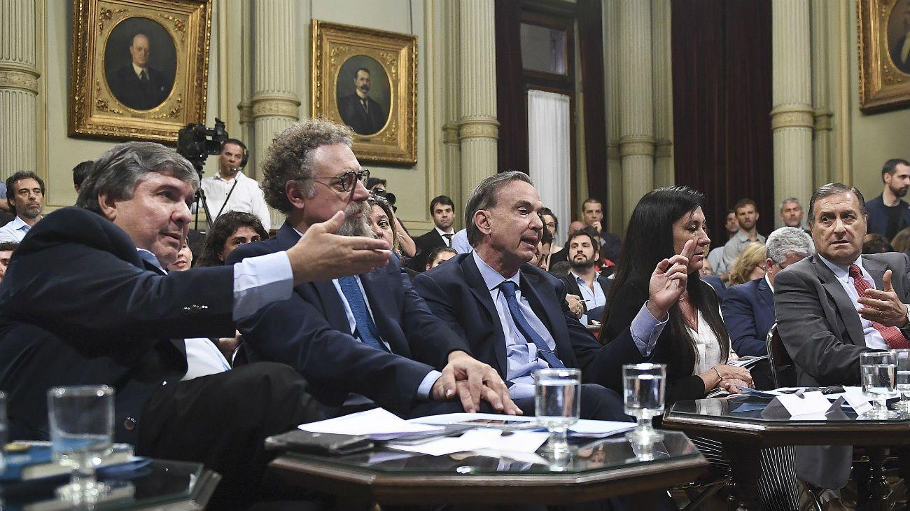 Los senadores Jose Mayans, Alfredo Luenzo, Miguel Ángel Pichetto, y Ángel Rosas durante la reunión de la Comisión de Presupuesto.