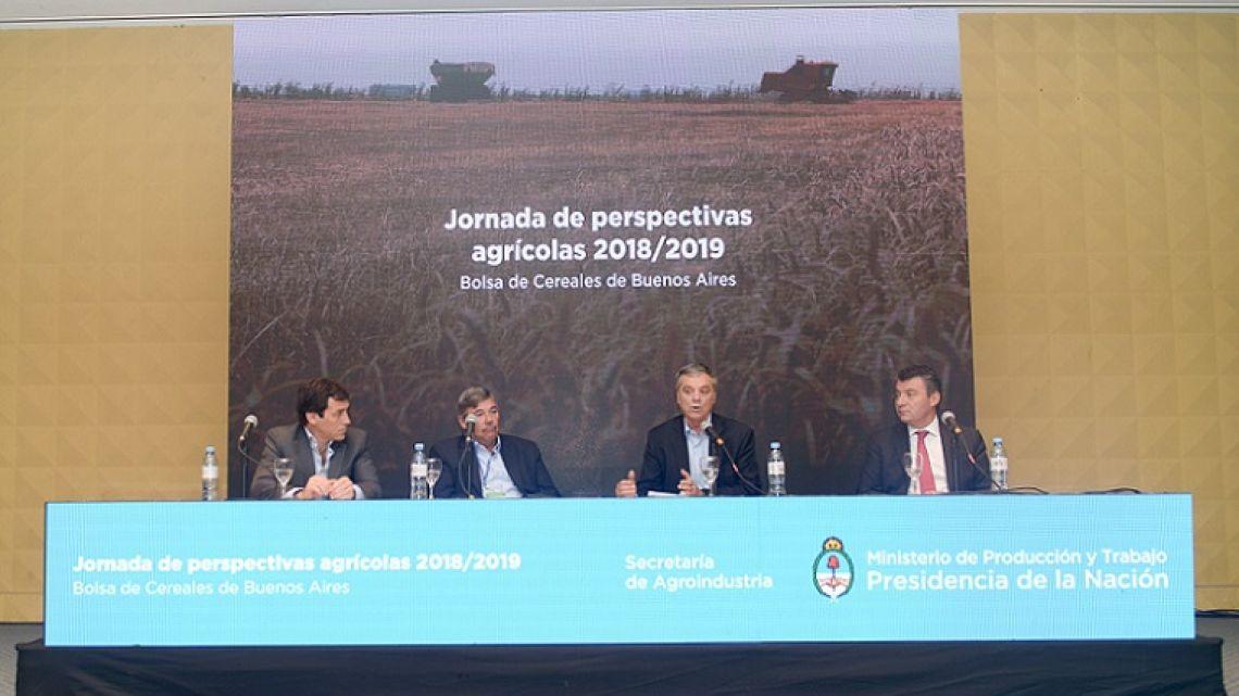 Secretariat of Agriculture officials discuss the 2018/9 Harvest.