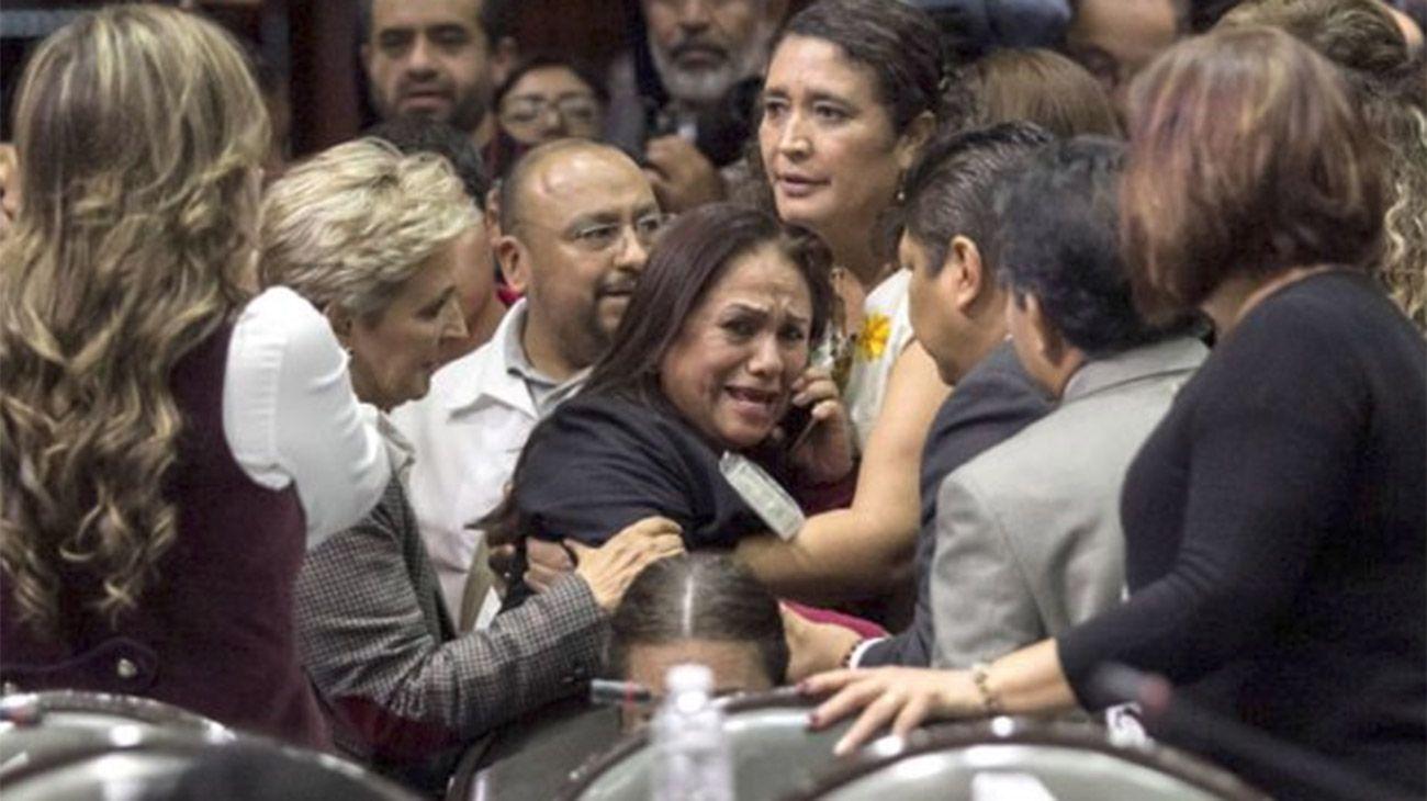 México: El trágico momento en que una diputada se entera del asesinato de su hija