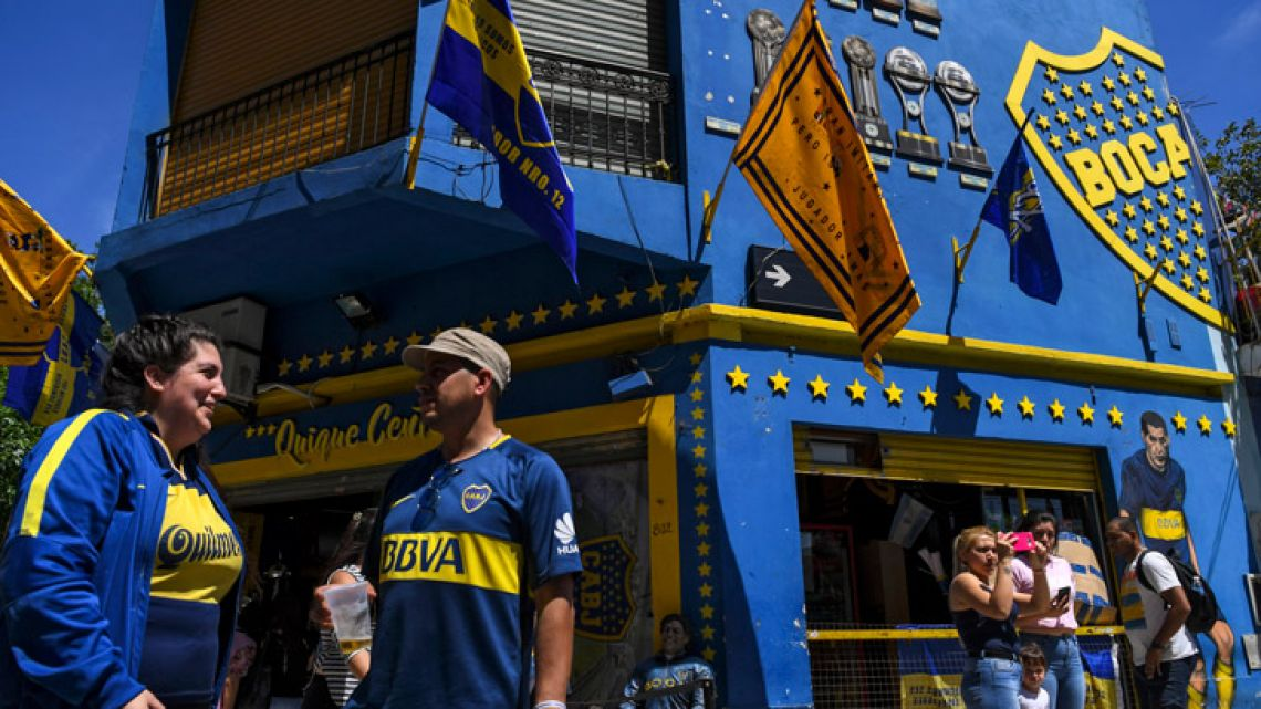 Argentina's Boca Junior supporters gather outside La Bombonera stadium in Buenos Aires on November 8, 2018.