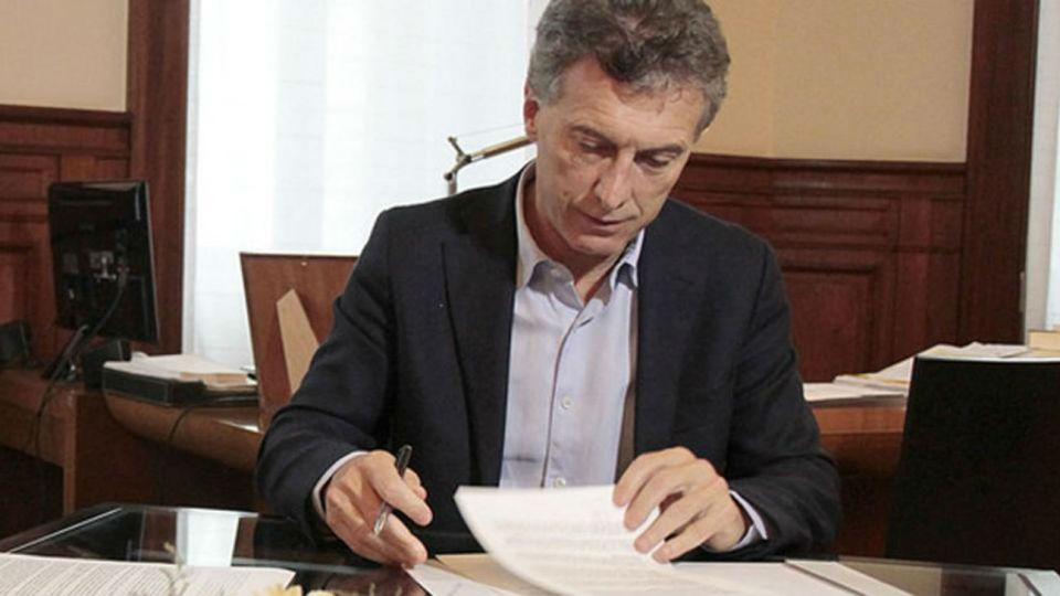 Mauricio Macri firmó el decreto que avala la cadena nacional.