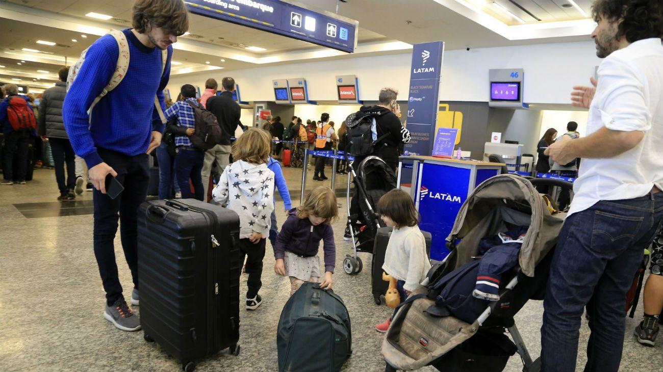 Los vuelos cancelados son 121, afectando a 14.500 pasajeros, todos de Aerolíneas Argentinas y Austral.