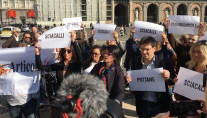 Protesta. Manifestantes con algunos de los insultos recibidos del vicepresidente del gobierno.