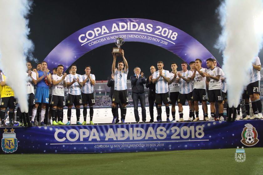 "El capitán Nicolás Tagliafico levanta la ""Copa Adidas"" que Argentina ganó  al vencer 2-0 a México. 7d5b7999446"