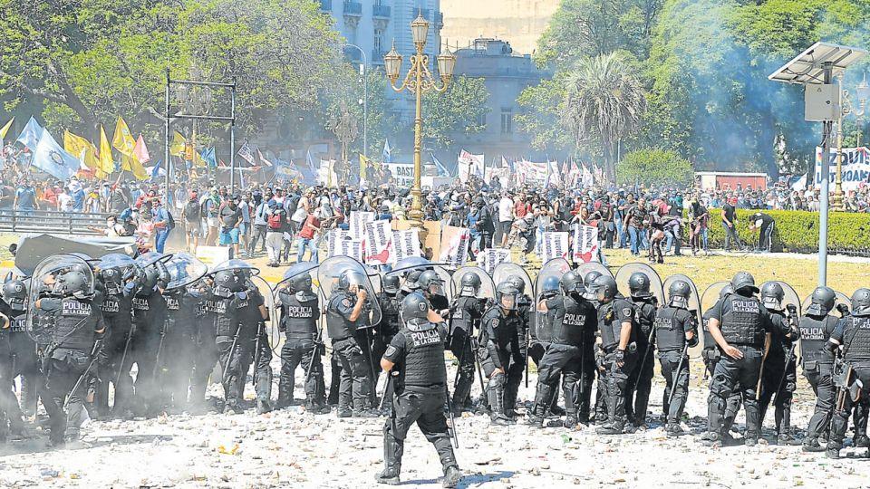 Imagen. Hay quienes ven con temor bandas violentas de sicarios enmascarados. Otros,  policías armados que atacan a ciudadanos que reclaman porque tienen hambre.