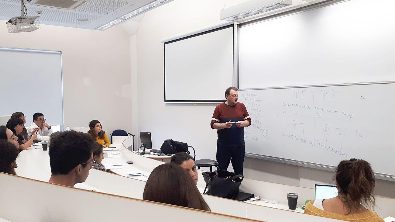 Aprendizaje. El experto en políticas educativas Mariano Narodowski frente a un grupo de profesionales de diferentes áreas de trabajo en las aulas de la UTDT.