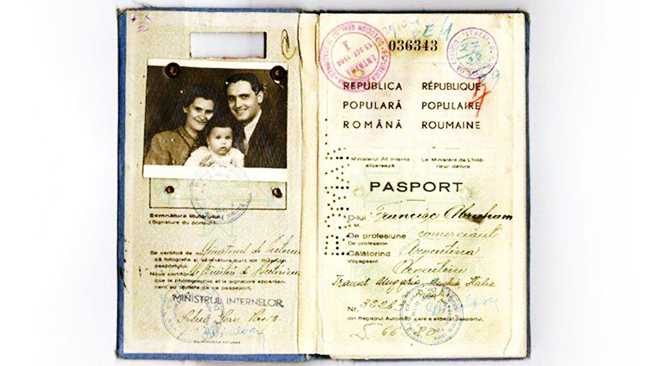"""Marca. El pasaporte rumano de la familia Abraham, con el que ingresaron a la Argentina en 1948. Figuran como luteranos: el """"cupo"""" judío estaba lleno."""