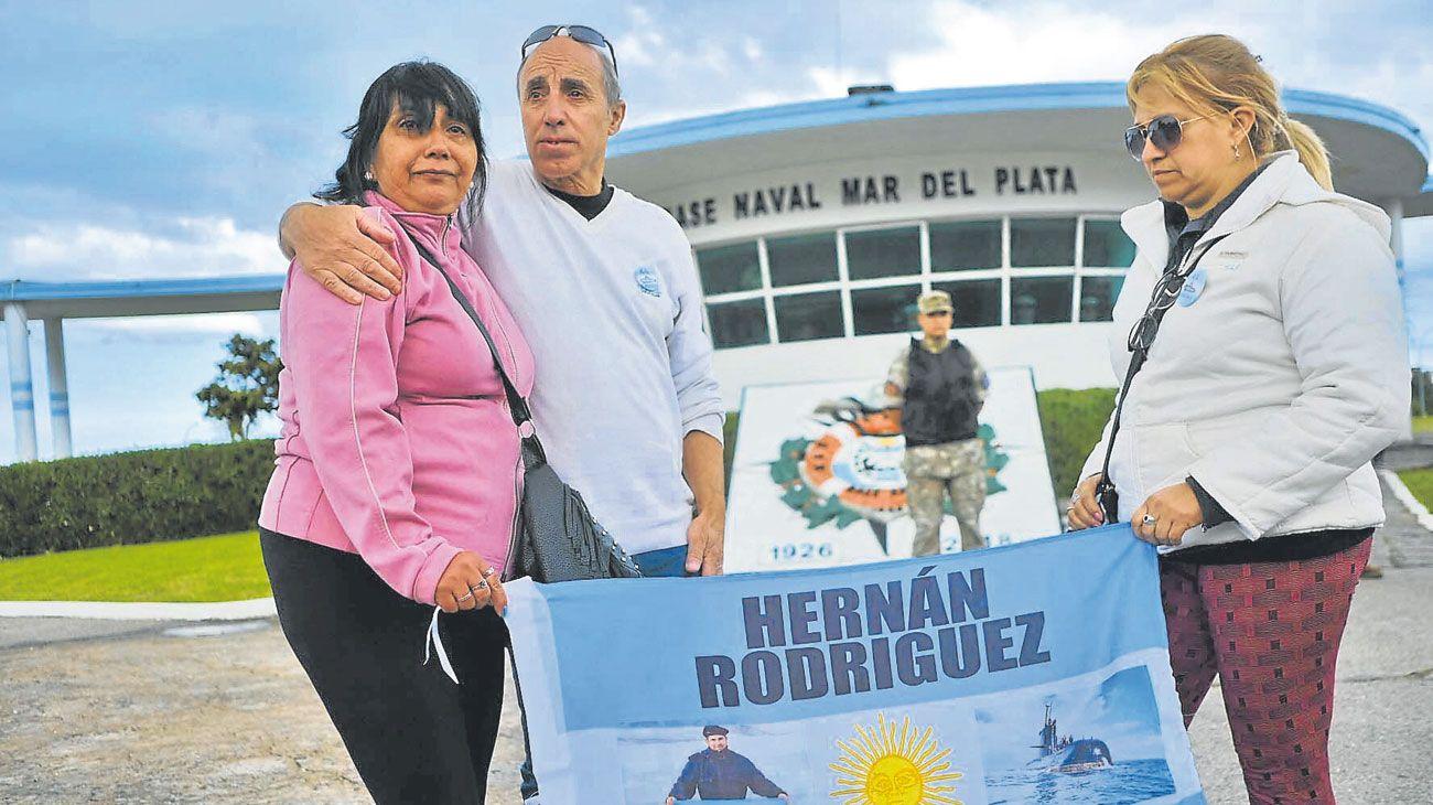 Banderas. Familias de los 44 tripulantes del submarino, se manifestaron ayer en la base naval