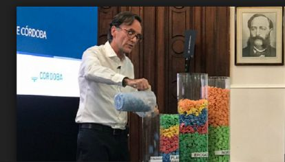 DIDACTICO. El ministro Osvaldo Giordano ensayó una original forma de exponer ante la opinión pública la forma en que se compondrán los ingresos y los gastos del Presupuesto 2019.