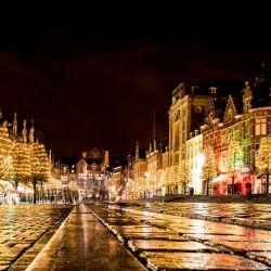 Durante las semanas previas a la Navidad, en la ciudad belga se respira calidez y tradición en un ambiente histórico y estudiantil.
