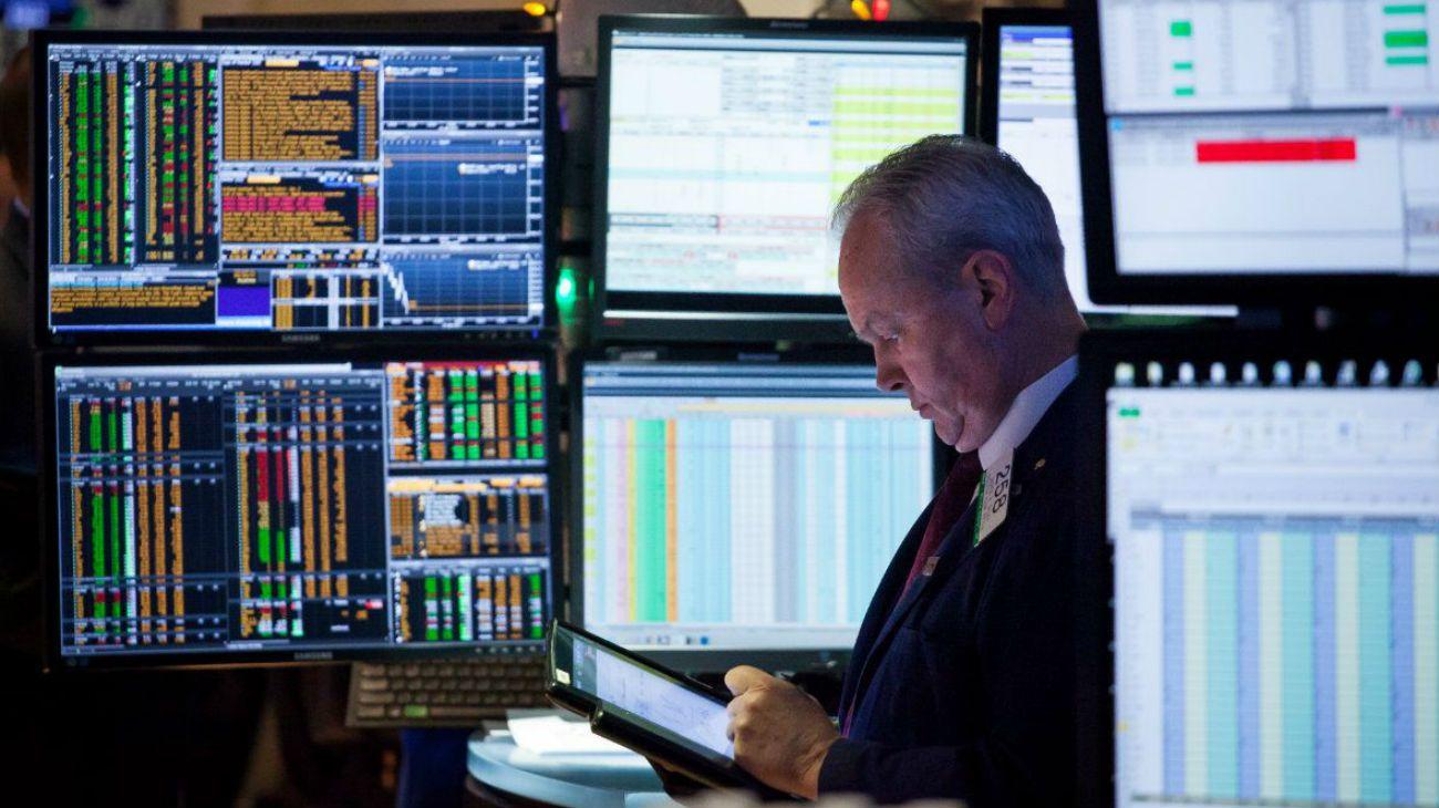 Acciones caen lideradas por Boeing; dólar se debilita