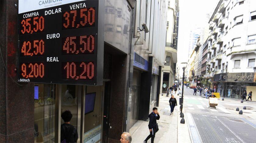 El dólar subió 18 centavos y cerró en $37,43