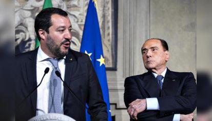 ¿aliados? Salvini, de la Liga, y el líder de Forza Italia, que quiere atraerlo a una nueva mayoría.