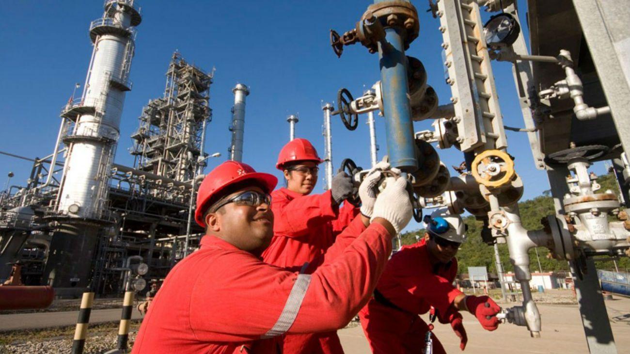 La escasez de combustible en Venezuela se agrava por las renuncias en PDVSA