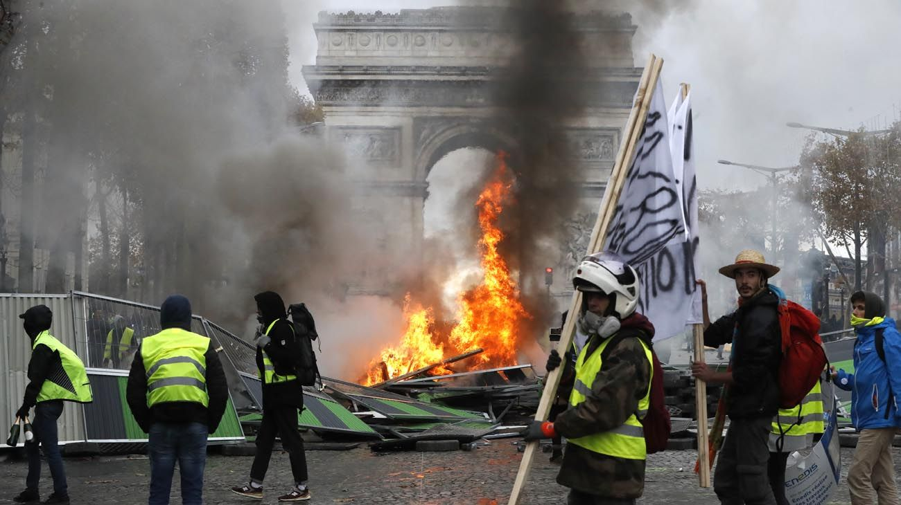 Caos en la ciudad. Las fuerzas de seguridad usaron gases e hidrantes contra los manifestantes cerca del Arco del Triunfo.