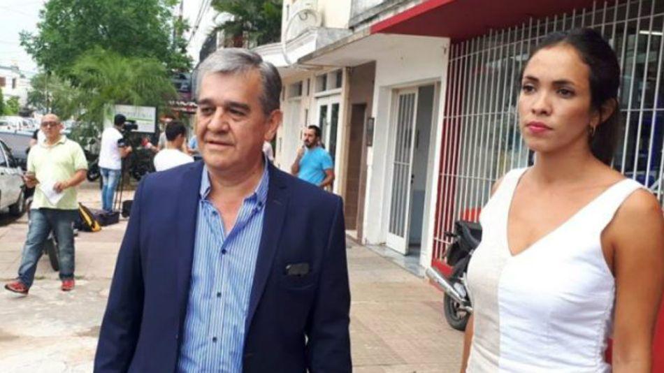 El intendente de Castelli (Chaco) Oscar Nievas, junto a su abogada, la doctora Virginia Alvarez.