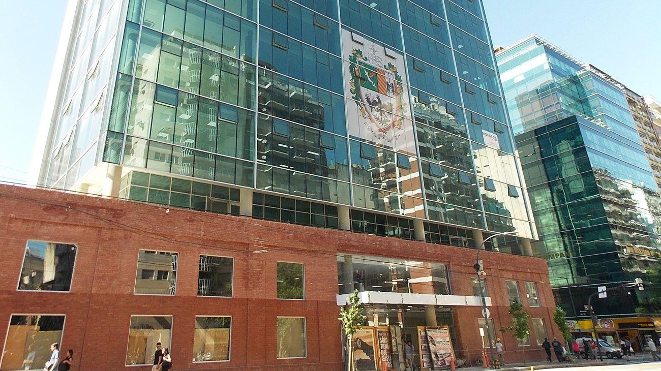 USAL. La nueva sede está en Córdoba y Montevideo, tiene 14 mil metros cuadrados y cuenta con paneles solares, lámparas LED y vidrios que conservan la temperatura.