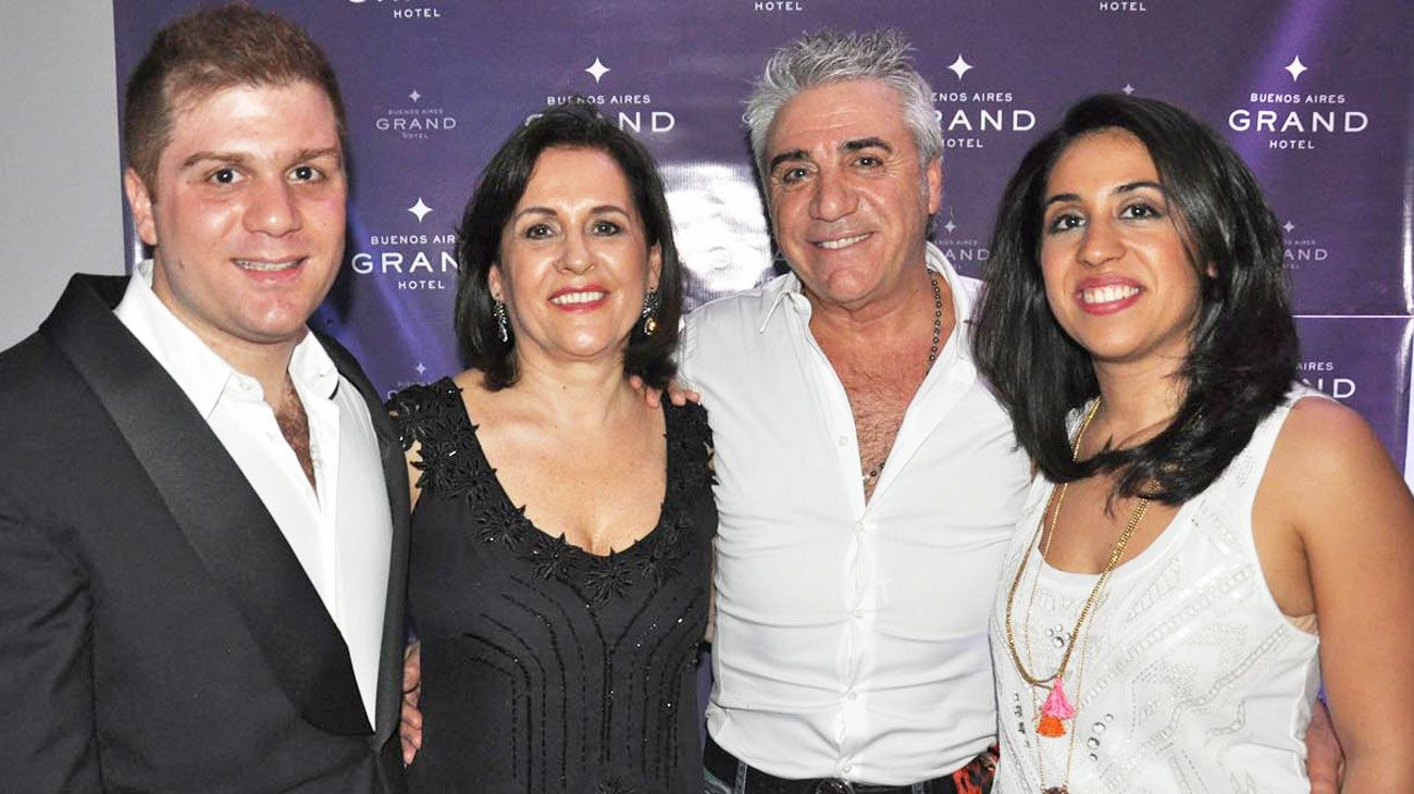 Familia. Carlos con su ex mujer Susana Ortiz -con quien siempre se llevó muy bien–, y sus hijos Stefano y Carla.