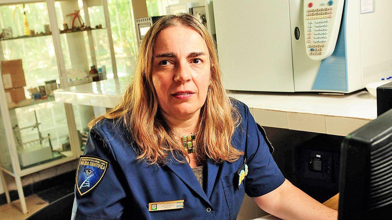 Experiencia.  Raverta en su laboratorio de la base central en La Plata. Entró a la policía como cadete hace 28 años.
