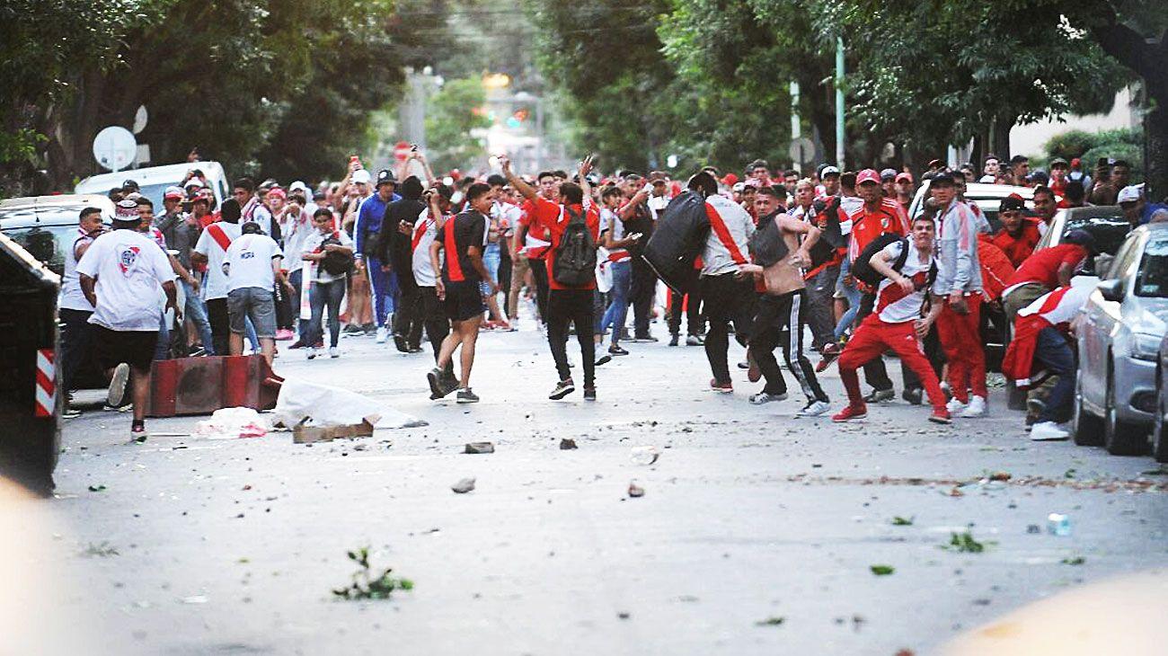 Disturbios. Tras la suspensión del partido, hubo corridas y incidentes en los alrededores del Monumental entre hinchas y la policía.
