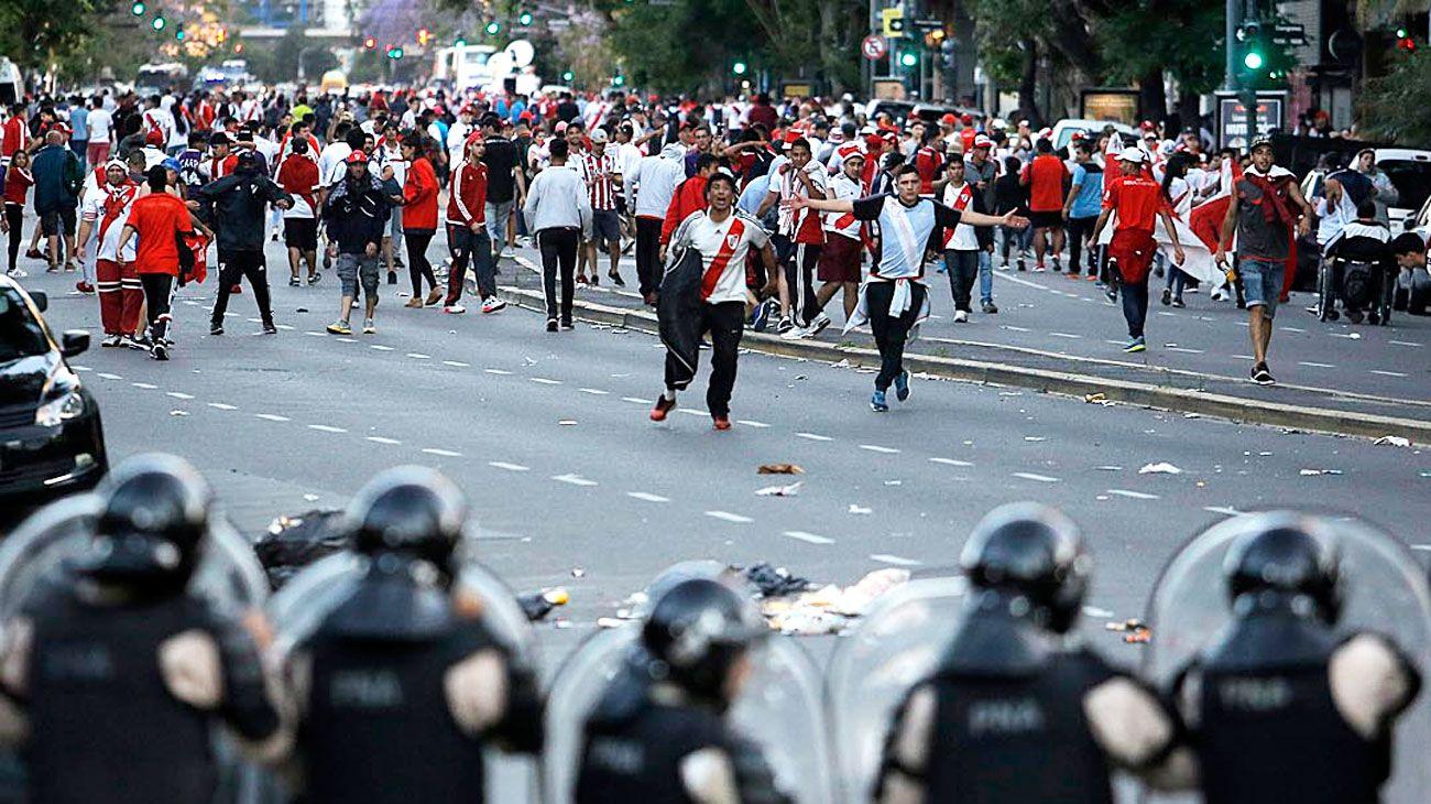 Violencia. Muchas calles del barrio de Núñez fueron un caos. Los funcionarios, en silencio.