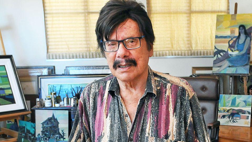 Eterno. Ayala en el atelier de su casa donde conviven unos doscientos cuadros. Músico, pintor, escritor y actor. Un artista total.