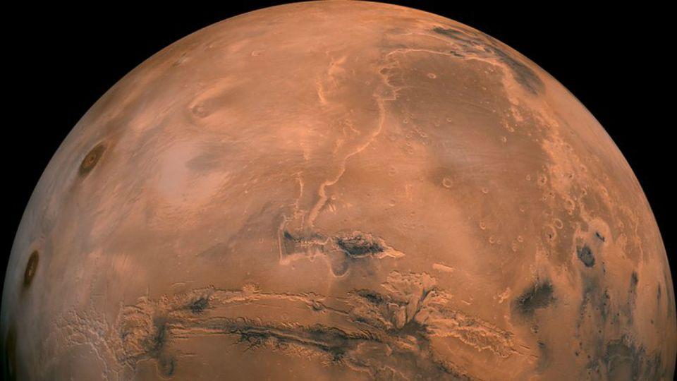 """La misión de esta nave, fijada al suelo por tres patas, no es moverse como los vehículos """"Curiosity"""" u """"Opportunity"""" buscando rastros de antiguos de humedad o biológicos, sino estudiar el interior de Marte."""