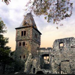 Está en lo alto de una colina, en la región montañosa de Odenwald, en el sur de Alemania. Inspiró la famosa novela de Mary Shelley.