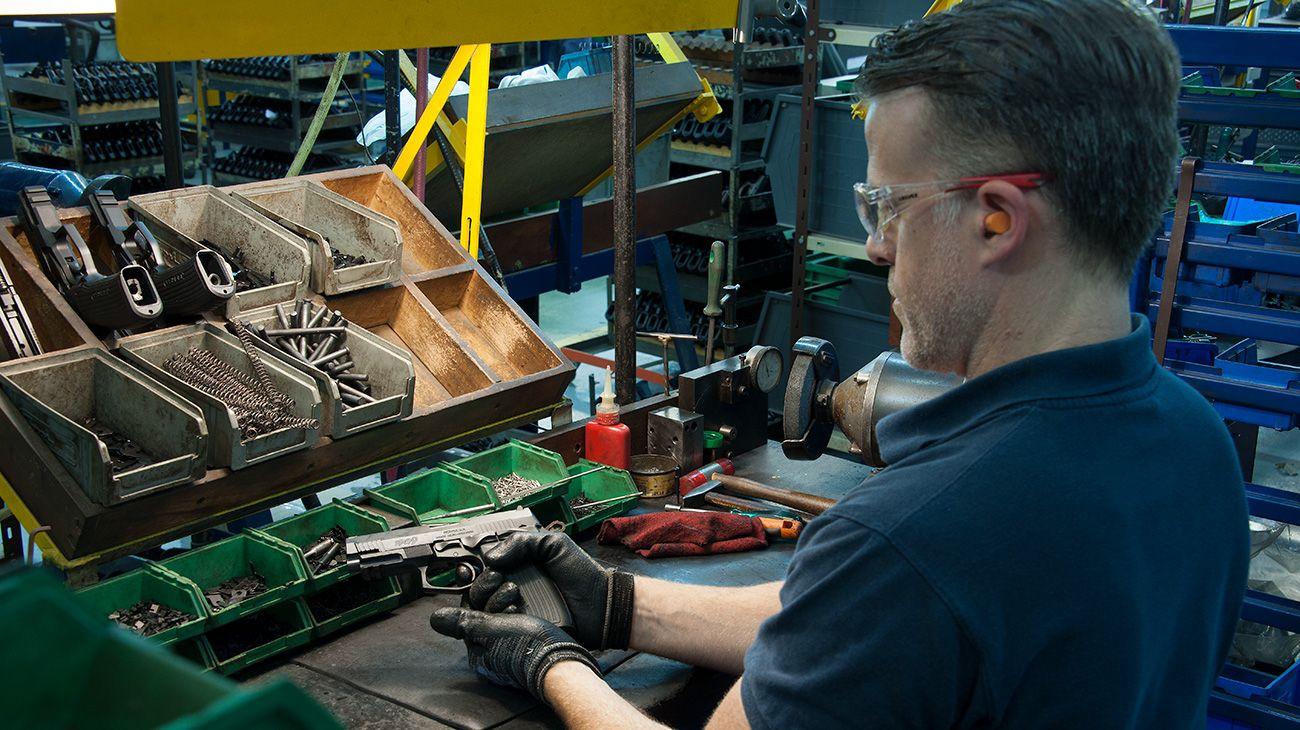 La única fábrica de armas del país produce unas 90 mil pistolas que son exportadas a 36 países.