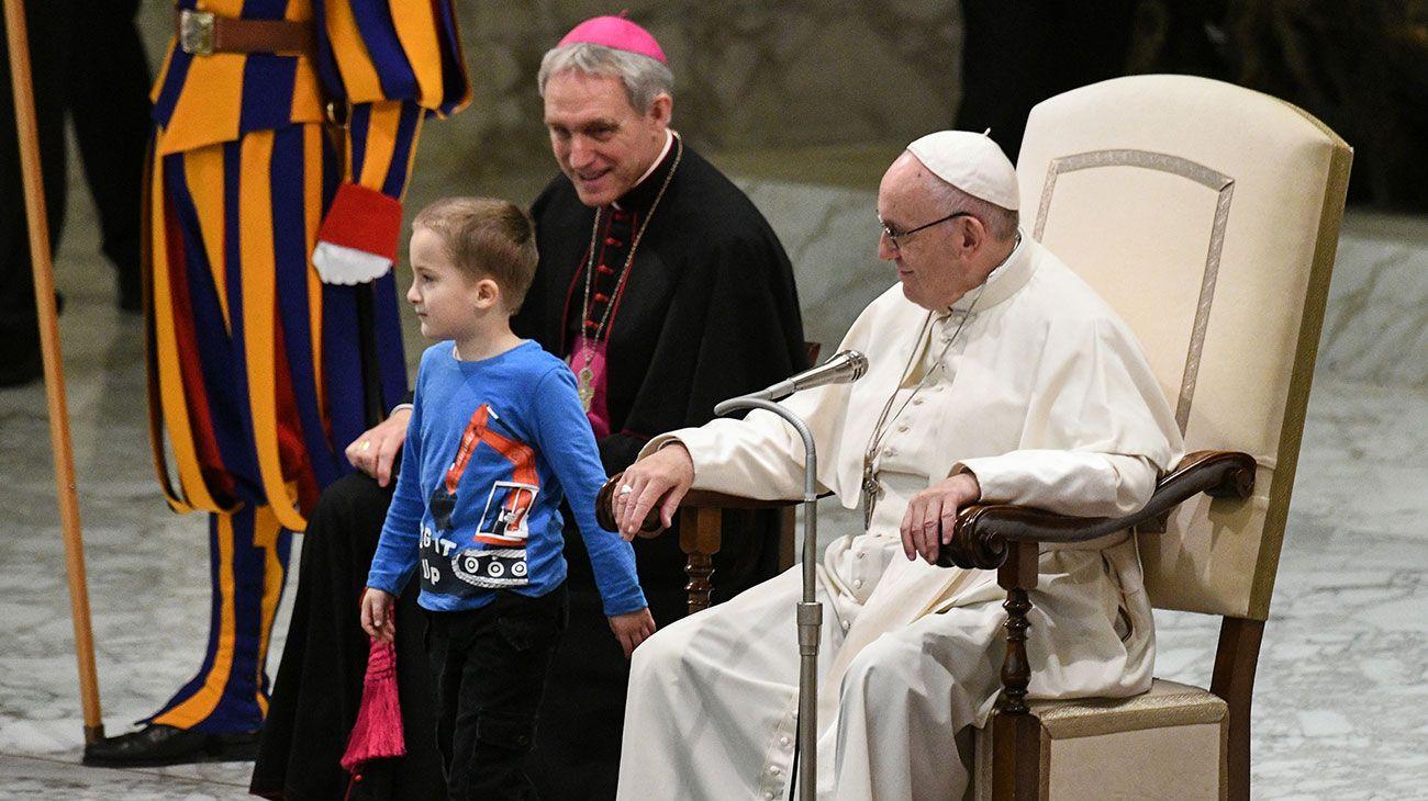 Un niño mudo roba al papa Francisco el protagonismo en la audiencia general.