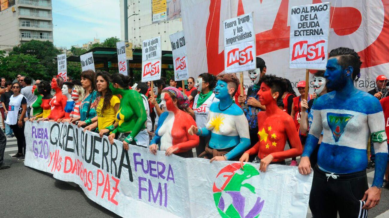 Distintas organizaciones saciales marchan contra el reunuión del G20.