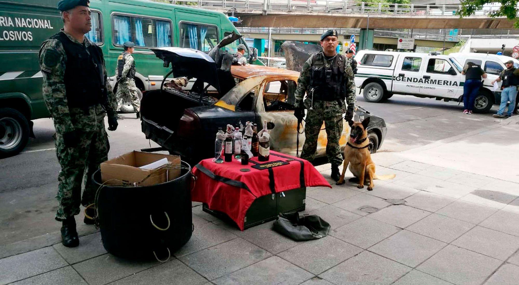 Ocho bombas molotov fueron halladas esta mañana en el interior de un taxi quemado y abandonado en el barrio porteño de Constitución, donde trabajan efectivos de Gendarmería Nacional.