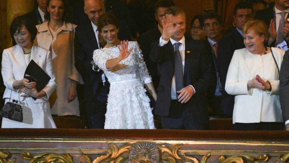 Los líderes mundiales que participan de la Cumbre del G20 arribaron al Teatro Colón para la cena de gala, donde fueron recibidos por el presidente Mauricio Macri y la primera dama Juliana Awada. Antes de la cena, los líderes y sus acompañantes asistieron a un evento cultural con 84 bailarines en escena y 75 músicos en vivo y artistas invitados.