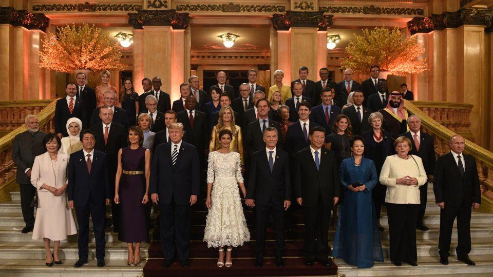 Los jefes de Estados y de gobierno participantes de la Cumbre posan en la escalinata del Teatro Colón antes de la función de gala.
