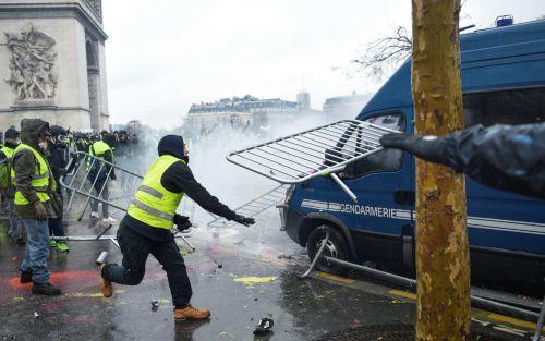 """Manifestante francés advierte: """"Quiero la cabeza de Macron"""""""