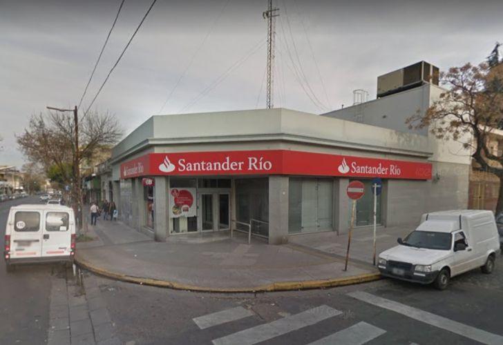 Banco Santander Río de la calle Echeandia 2602.