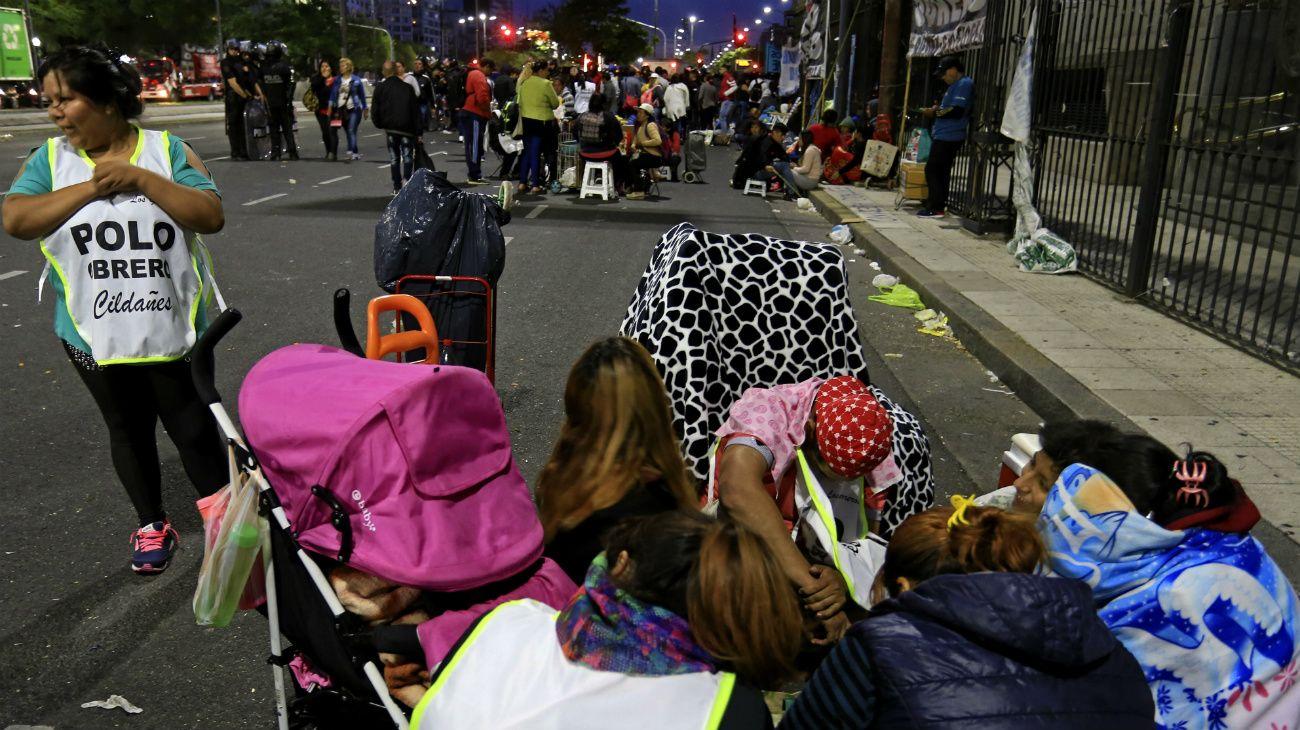 Militantes del Polo Obrero y de Barrios de Pie acamparon frente al Ministerio de Desarrollo Social, tras varias horas de tensión por un importante operativo de la Policía de la Ciudad.