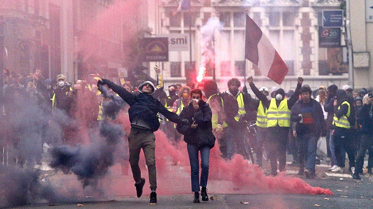 Francia: los chalecos amarillos jaquean a Macron