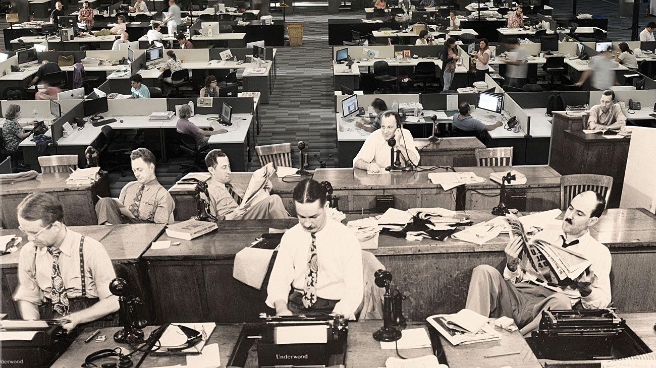 Contrastes. La moderna redacción integrada de PERFIL y una tradicional, en la primera mitad del siglo XX. Después de décadas de certezas, un oficio que debe reiventarse cada día.