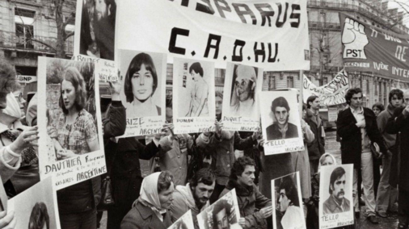 postales. Un grupo de exiliados, en una de las protestas que se realizaban frente a la embajada argentina en Francia.