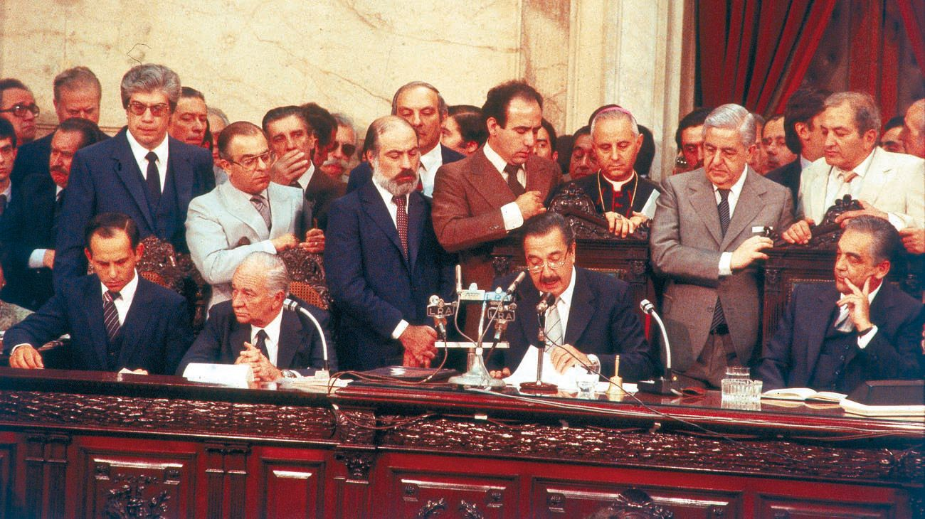Las fotos de aquel histórico retorno a la democracia de la mano de Alfonsín