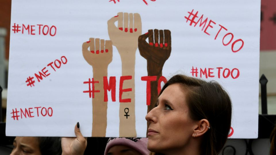 Unos 200 hombres poderosos estadounidenses perdieron su trabajo desde el comienzo del movimiento #MeToo a causa de denuncias contra al menos 920 personas por conductas sexuales inapropiadas en sus puestos de trabajo, muchas veces no sólo ejerciendo abuso sexual, sino abuso de poder.