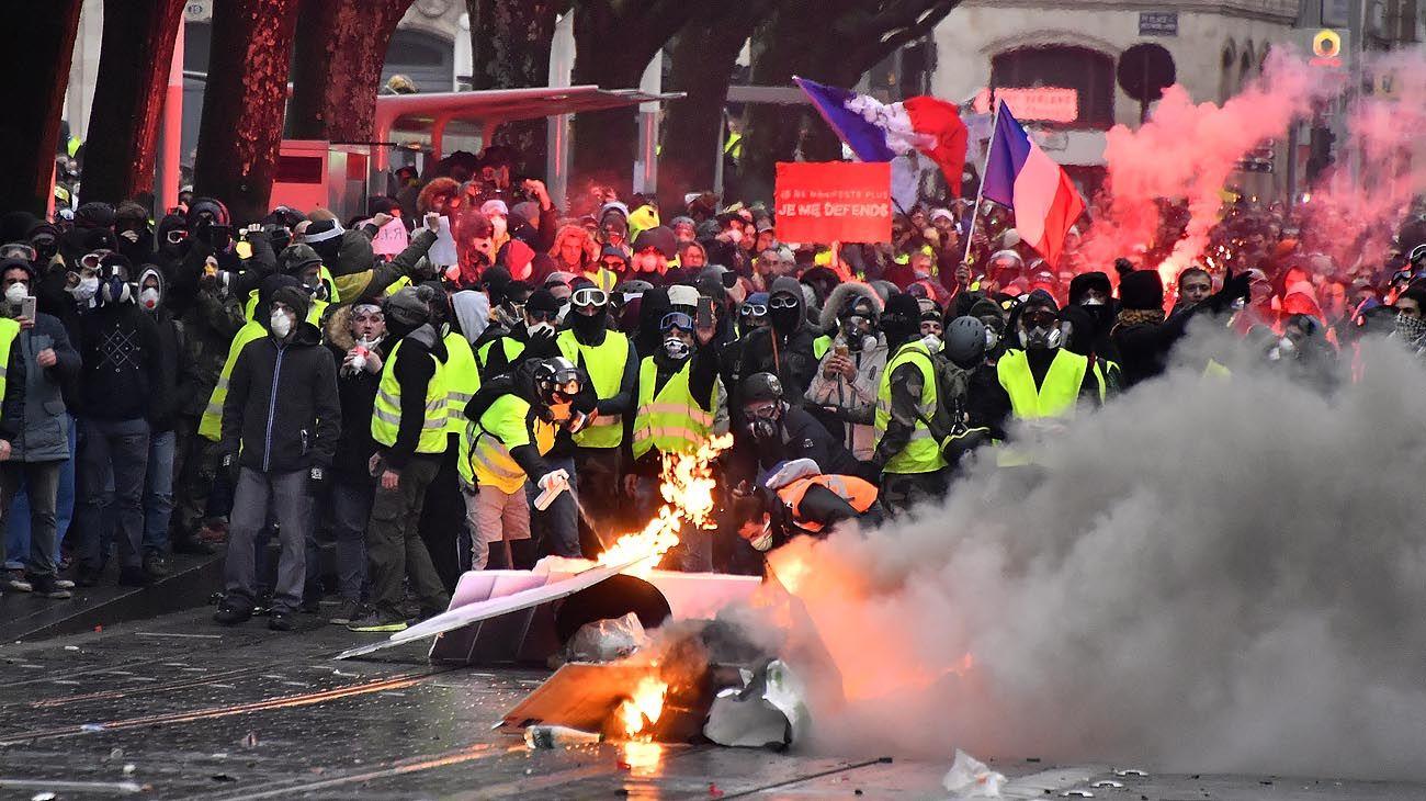 Los chalecos amarillos pierden fuerza pero sostienen el pulso contra Macron