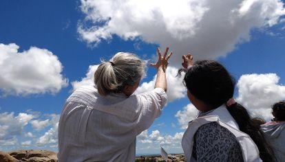Proyectos. Lucía Arena, responsable de Cosecheros de Granizo, que anima a la población a reportar caída de granizo (izq). Y el clásico avistamiento de aves en Costanera Sur (der).