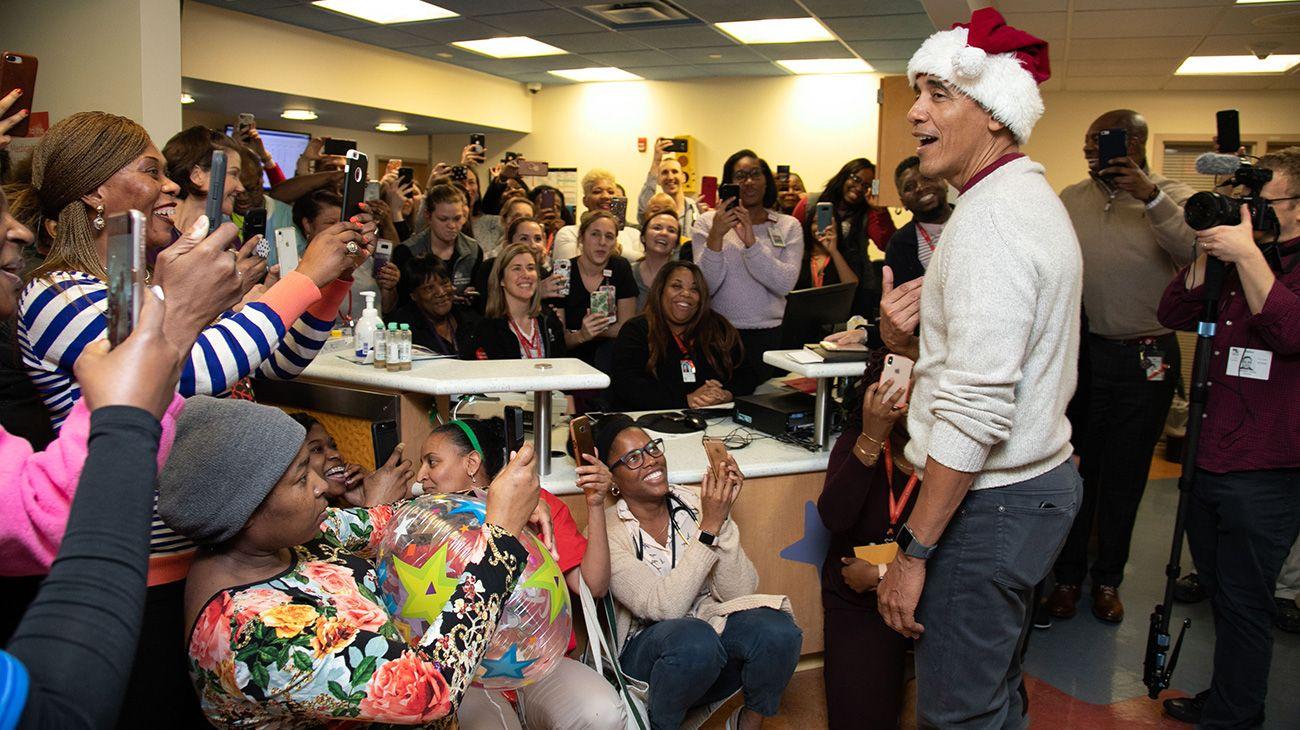 Obama se vistió de Papá Noel y visitó un hospital de Washington