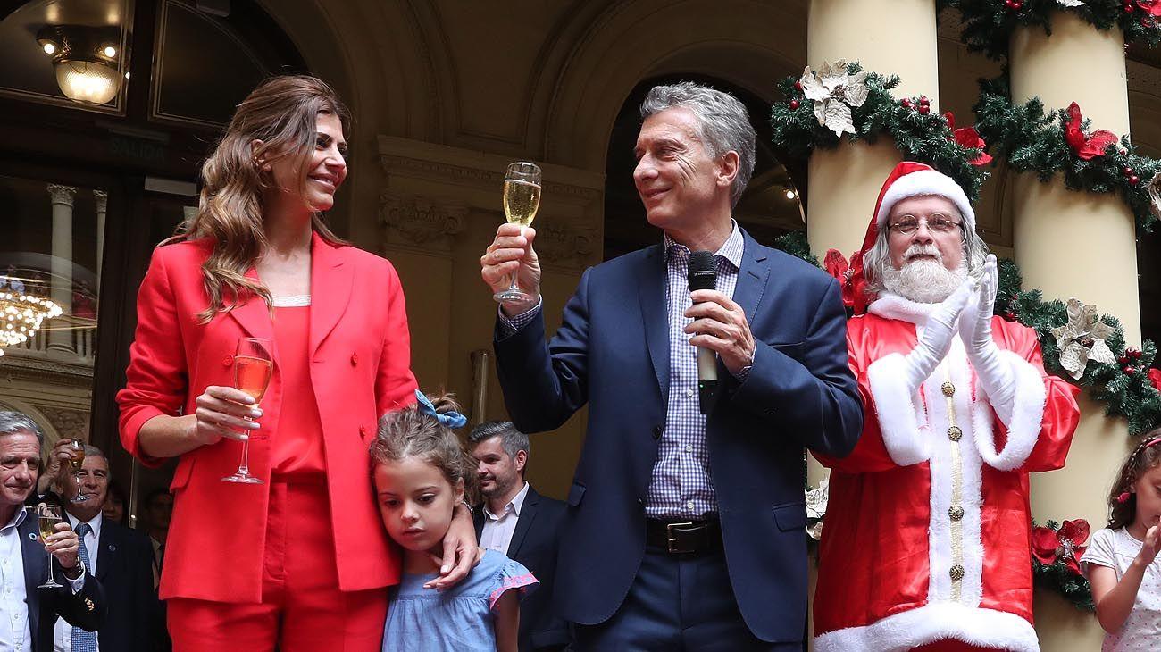 festivo. Antonia y un grupo de niños se sorprendieron con la aparición de Papá Noel en medio de la Casa de Gobierno.