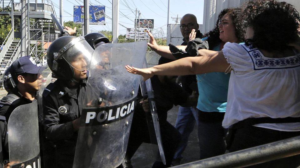 Violencia. Policías y paramilitares reprimen a miembros del Movimiento 19 de abril, que exige la renuncia de Ortega.